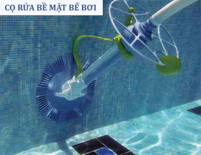 cọ rửa bề mặt bể bơi