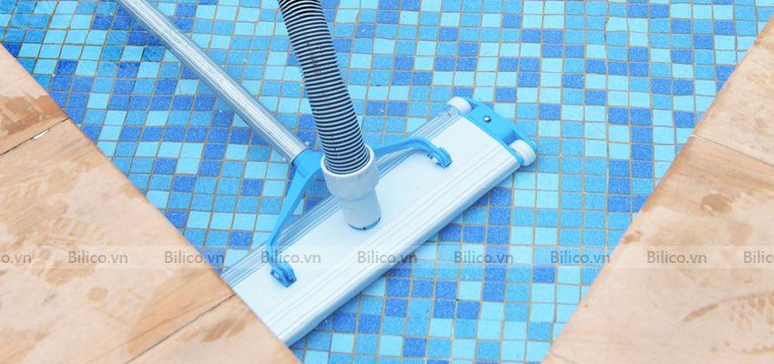 Ứng dụng bàn hút nhôm 4 bánh SPS hút vệ sinh bể bơi