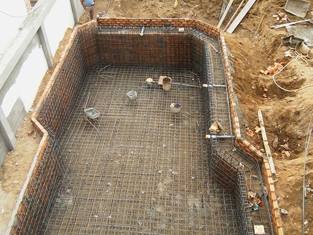 Bể bơi sau khi đan khung sắt, chuẩn bị lắp đặt đường ống