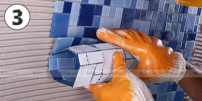Ốp vỉ gạch mosaic BV003 vào bề mặt tường đã dải keo