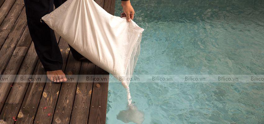 Cho Hóa chất xử lý nước bể bơi PAC Ấn Độ vào hồ bơi