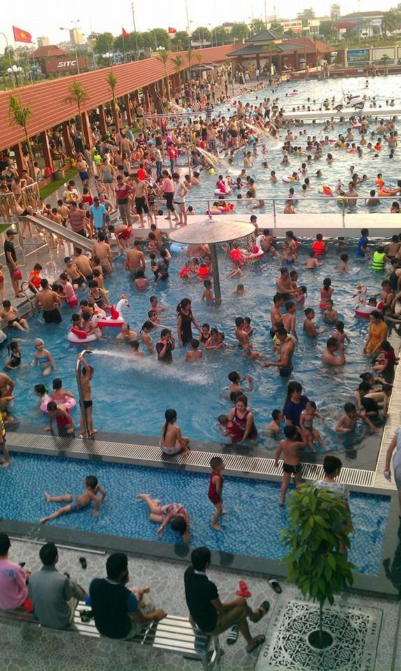 Khách đến bể bơi Thái HD