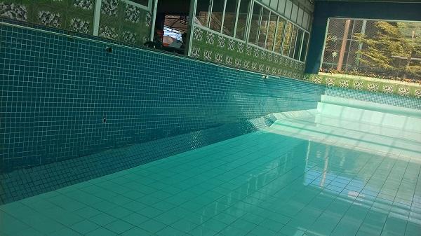Sau khi cải tạo và nâng cấp hệ thống nước trong bể bơi gia đình anh Tôntrong xanh, hết mùi clo